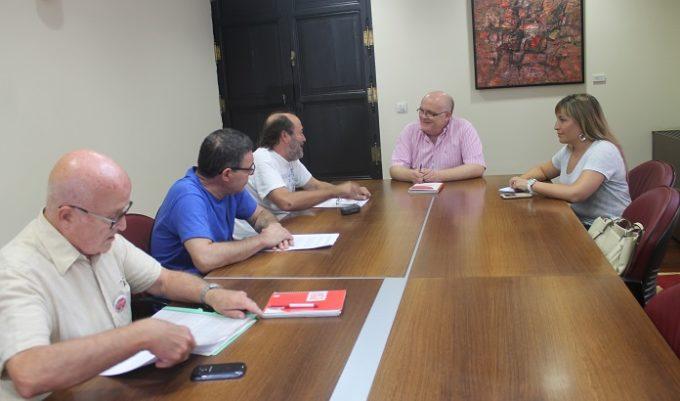 Reunión mantenida este miércoles entre el delegado de la Junta en Albacete y la Plataforma Stop Desahucios de la provincia. FOTO: Jccm.