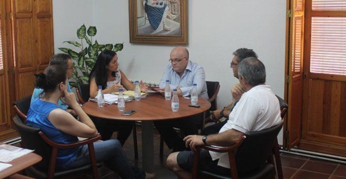 Reunión entre el delegado de la Junta en Albacete, Pedro Antonio Ruiz Santos; la alcaldesa de Liétor, Josefa Moreno, y los concejales, Juan Navarro y María Victoria Quesada. FOTO: JCCM