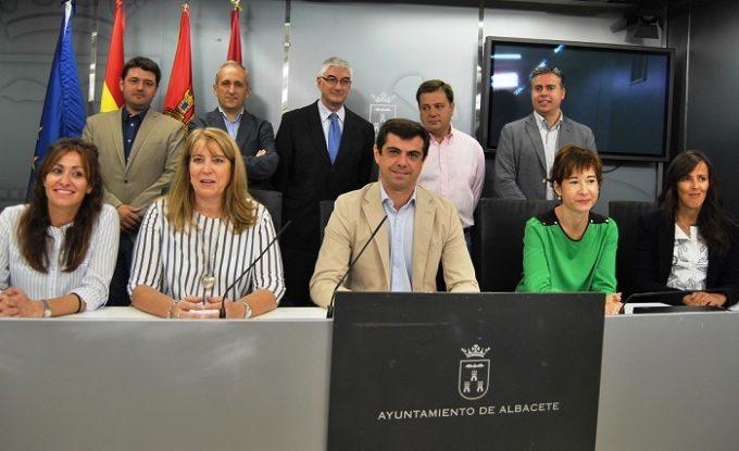 El Equipo de Gobierno al completo durante la rueda de prensa para hacer balance de los 100 primeros días de mandato.