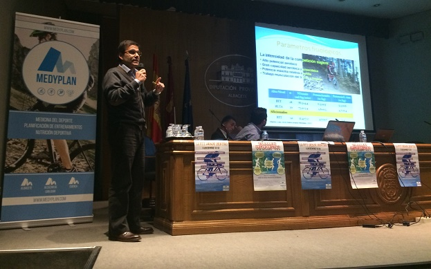 El Dr. Vicente Ferrer en plena charla