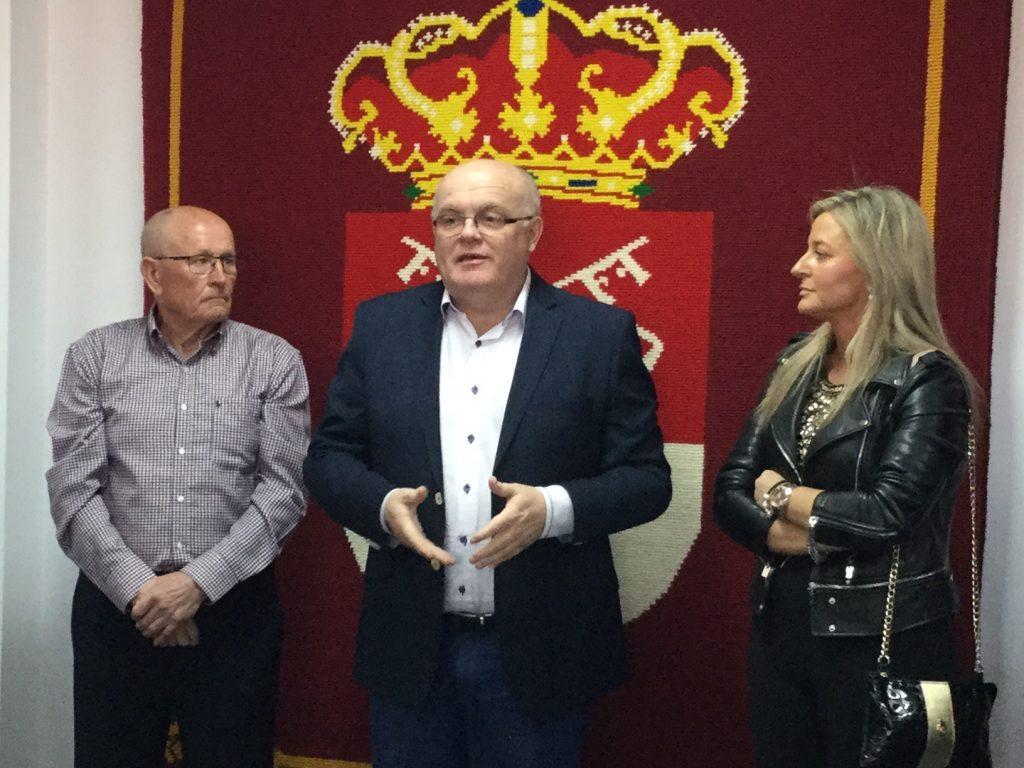 Casas de Lázaro renueva su escudo en el Taller de Artesanía Textil de Eustaquio Rosa