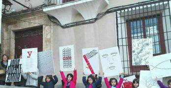 Poemas de Miguel Hernandez salen a las calles de Chinchilla en el Día de la Poesía